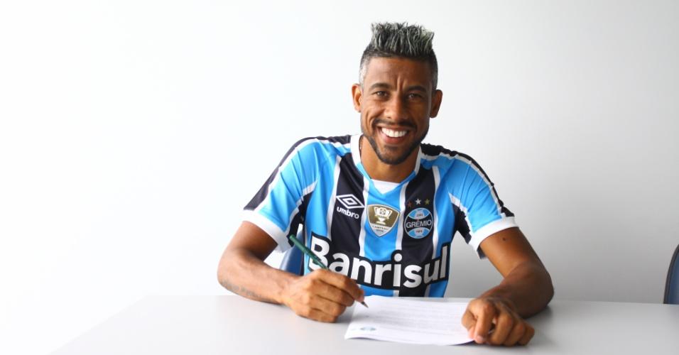 Léo Moura posa para foto ao assinar contrato com o Grêmio até o final de 2017