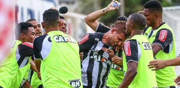 Jogadores do Atlético-MG comemoram gol de Rafael Moura, que mantém campanha 100% no Mineiro