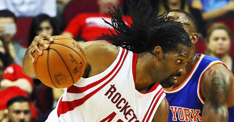 Nenê, do Houston Rockets, em lance contra o New York Knicks