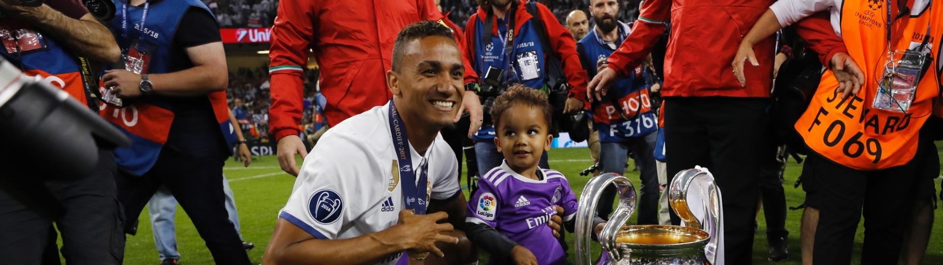 Danilo posa para foto ao lado da taça da Champions