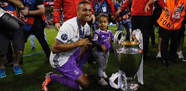 Danilo posa ao lado da taça da Champions, conquistada neste ano pelo Real