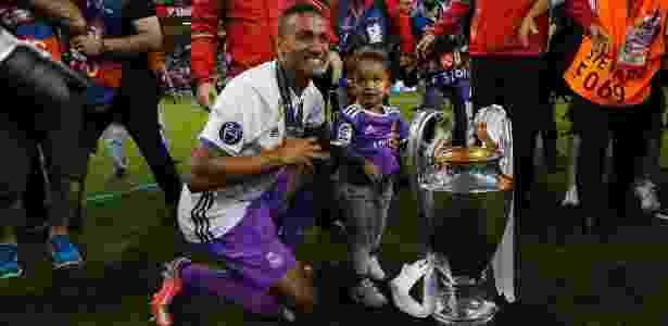 Danilo posa ao lado da taça da Champions, conquistada neste ano pelo Real - Eddie Keogh/Reuters
