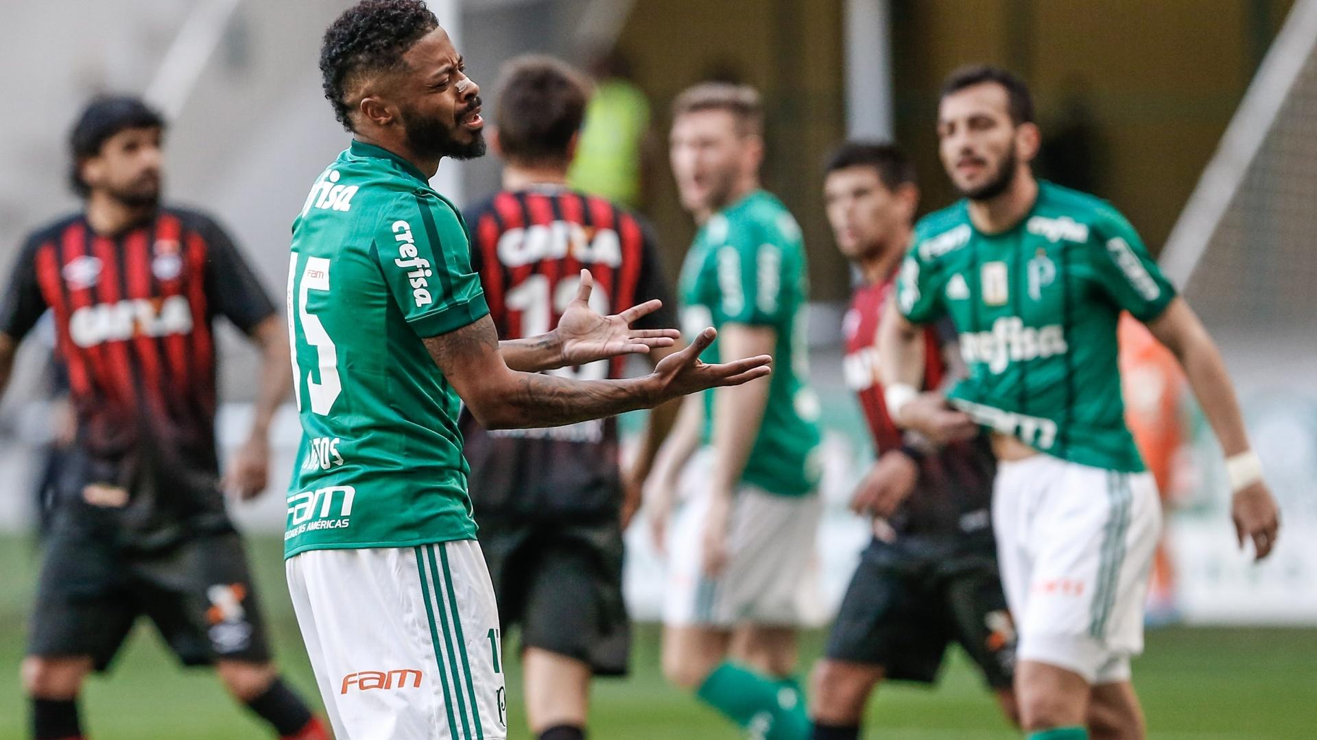Michel Bastos lamenta durante o jogo entre Palmeiras e Atlético-PR