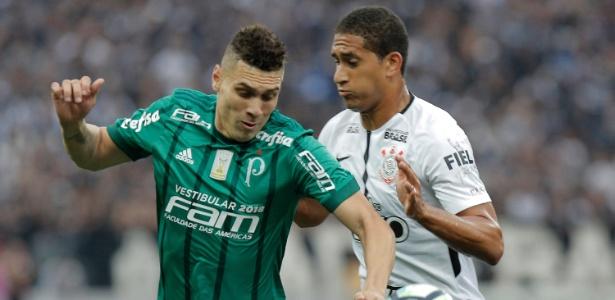 Pablo disputa lance com Moisés, do Palmeiras, durante dérbi