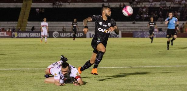 Gabigol tenta armar jogada pelo Santos contra o Botafogo-SP