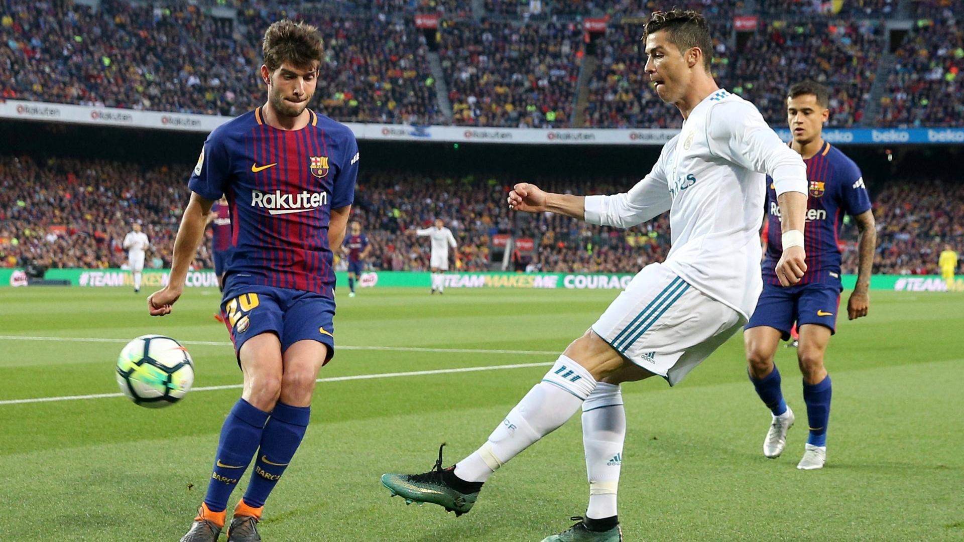 Cristiano Ronaldo tenta o chute durante a partida entre Barcelona e Real Madrid