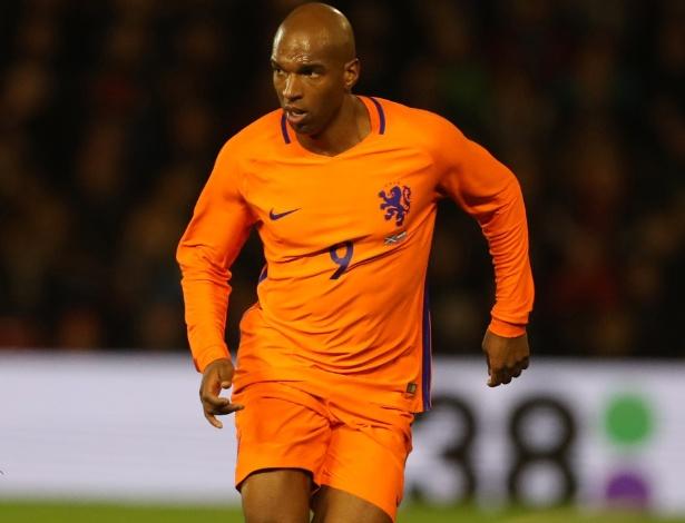 O atacante Ryan Babel em ação durante amistoso pela seleção holandesa