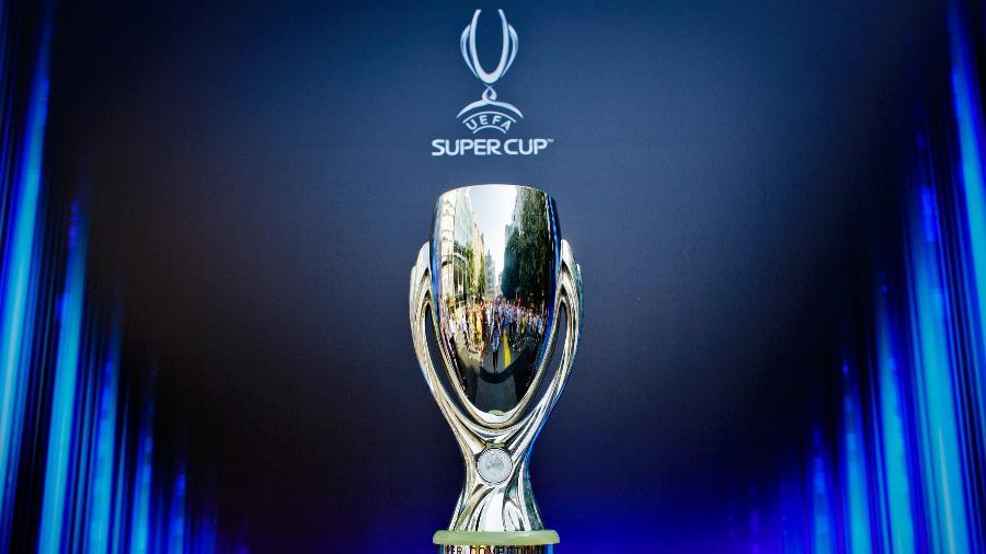 Troféu da Supercopa da UEFA é exposto antes da edição de 2013, em Praga - Matej Divizna/Getty Images