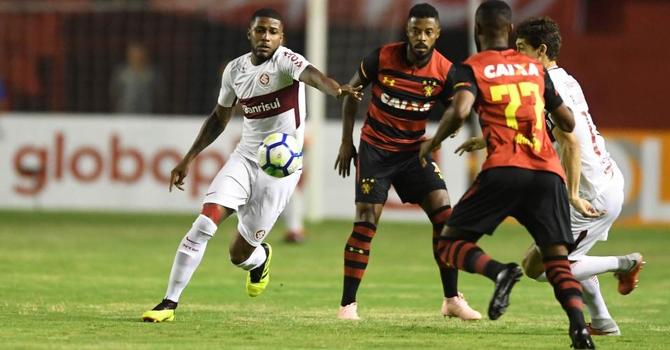 O zagueiro Emerson Santos em lance com Michel Bastos no jogo entre Sport e Internacional