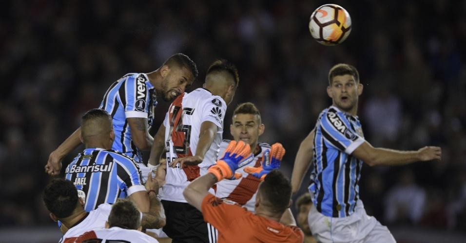Michel escorou de cabeça e marcou para o Grêmio contra o River Plate