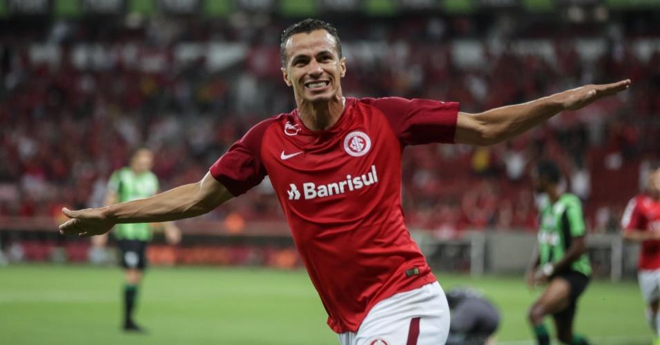 Leandro Damião comemora gol marcado pelo Internacional sobre o América-MG