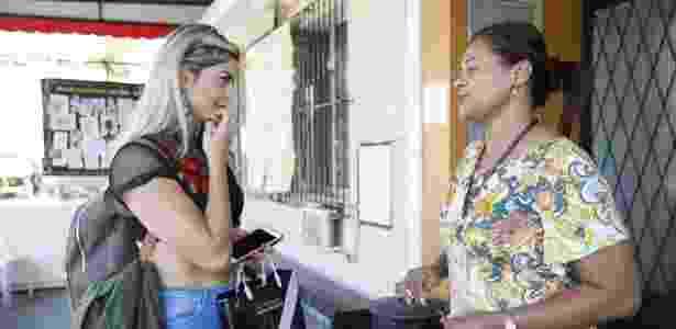 Taynara Conti conversa com funcionária do colégio do Vasco durante a visita - Rafael Ribeiro / Vasco.com.br - Rafael Ribeiro / Vasco.com.br