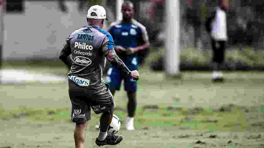 Jorge Sampaoli, técnico do Santos, toca a bola para Sánchez - Ivan Storti/Santos FC