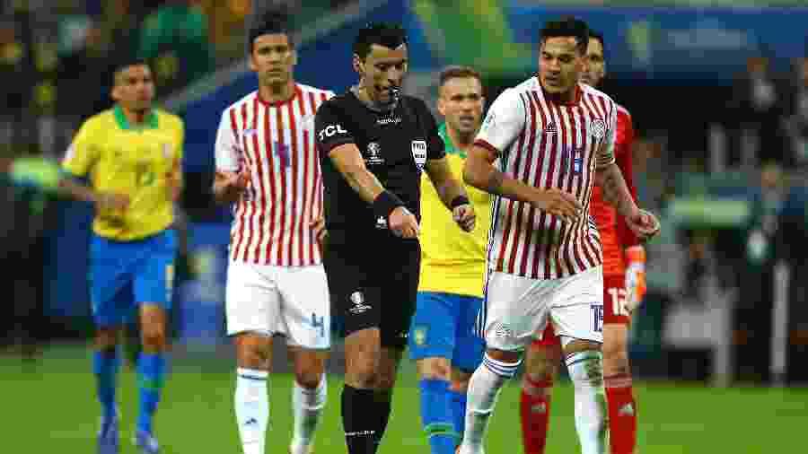 Brasil teria um pênalti contra o Paraguai, mas arbitragem reavaliou o lance e deu falta - Lucas Uebel/Getty Images