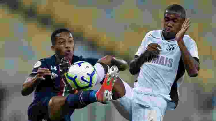 João Pedro e Fabinho disputam a bola durante a partida entre Fluminense e Ceará pelo Campeonato Brasileiro - Thiago Ribeiro/AGIF - Thiago Ribeiro/AGIF