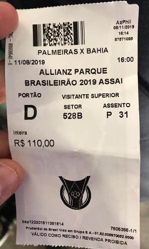 Torcedor do Bahia mostra ingresso para o jogo no Allianz Parque
