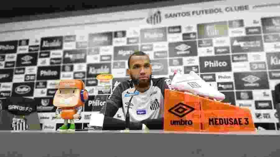 Everson, goleiro do Santos, concede entrevista no CT Rei Pelé - UOL