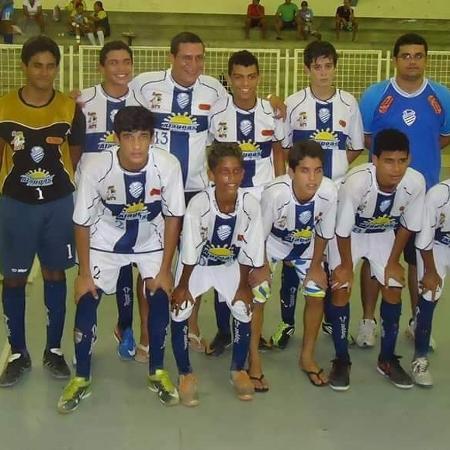 Pedrinho (segundo agachado da esquerda para direita), no seu time da época de futsal - Arquivo pessoal