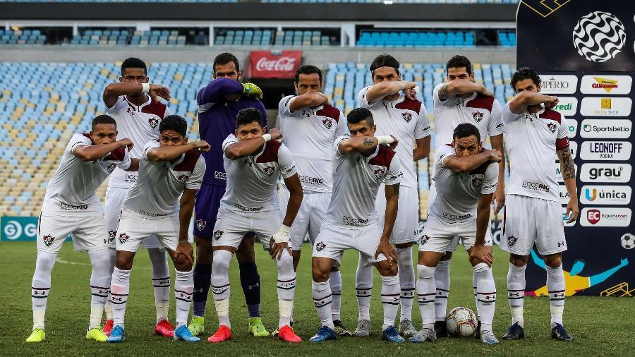 Com braços no rosto por coronavírus, jogadores do Fluminense fazem protesto em jogo contra o Vasco - Lucas Merçon / Fluminense F.C.