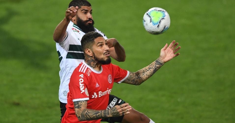 Guerrero disputa bola durante Coritiba x Internacional na estreia do Brasileirão 2020