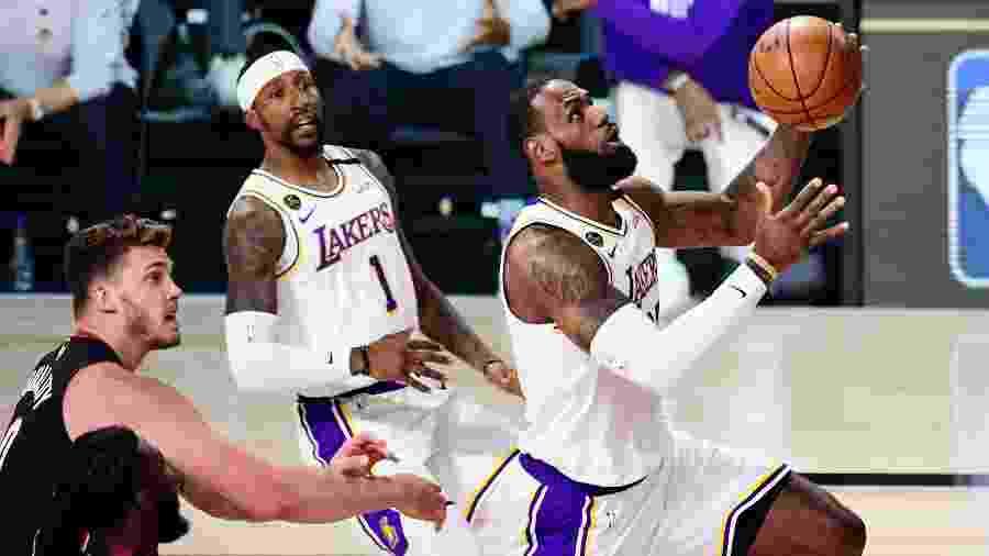 LeBron James em ação no jogo 3 das finais da NBA, entre Los Angeles Lakers e Miami Heat - Douglas P. DeFelice/Getty Images