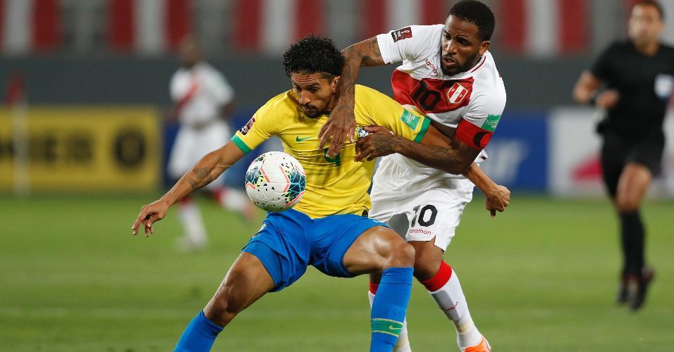 Marquinhos protege a bola de Farfan, durante a partida entre Brasil e Peru
