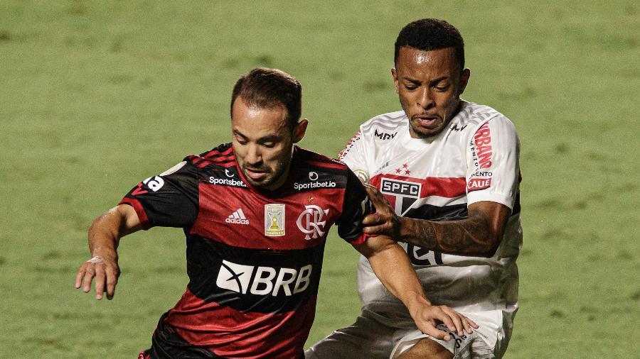 Everton Ribeiro tenta fugir da marcação durante São Paulo x Flamengo na última rodada do Brasileirão 2020 - Pedro Martins/UOL
