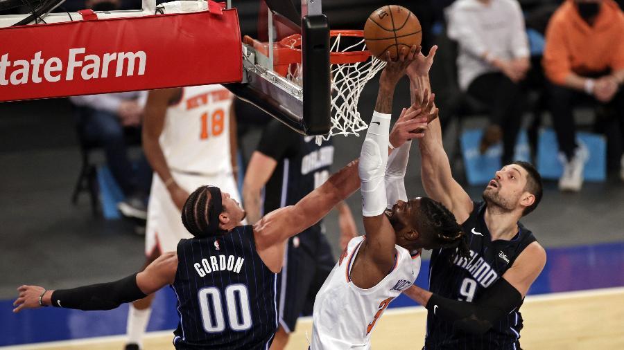Nikola Vucevic (à direita) e Aaron Gordon em ação pelo Orlando Magic em março, em jogo da NBA contra o New York Knicks - Adam Hunger/Pool Photo-USA TODAY