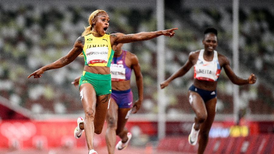 Elaine Thompson-Herah, da Jamaica, aponta para o relógio na final dos 100m rasos nas Olimpíadas de Tóquio - Matthias Hangst/Getty Images