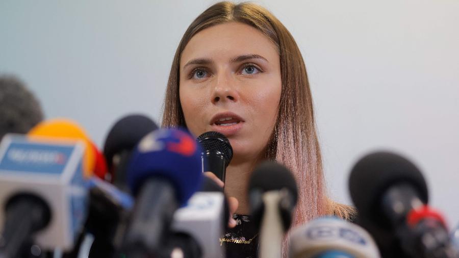 Velocista bielorrussa Krystsina Tsimanóuskaya em entrevista coletiva após desembarcar na Polônia - AFP