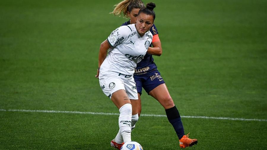 Camilinha controla a bola contra forte marcação de Tamires, do Corinthians, em derrota do Palmeiras na final - ANDRÉ ANSELMO/FUTURA PRESS/FUTURA PRESS/ESTADÃO CONTEÚDO