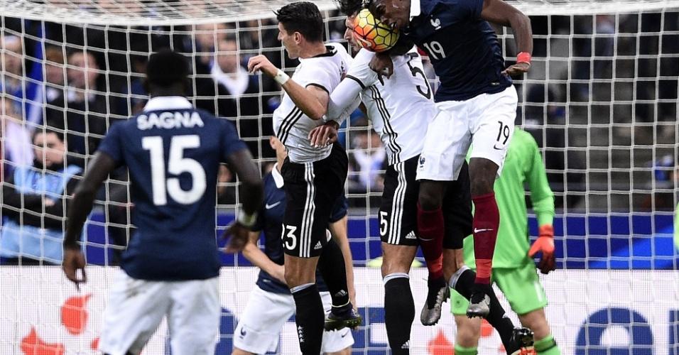 Paul Pogba tenta cabeçada na partida entre França e Alemanha