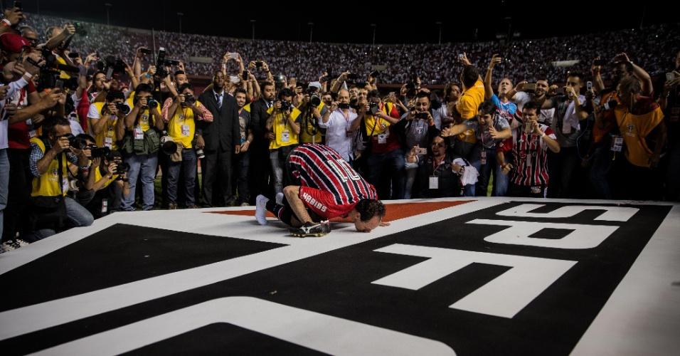 Rogério Ceni beija símbolo do São Paulo, ao fim da sua partida de despedida
