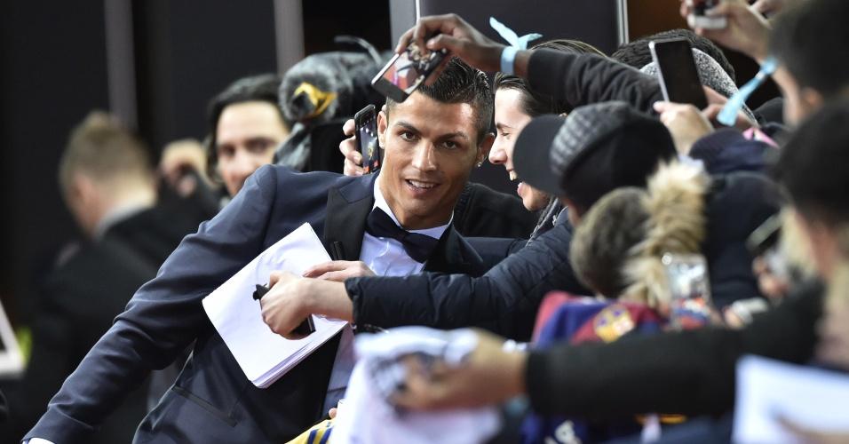 Cristiano Ronaldo atende fãs na chegada para a entrega da Bola de Ouro