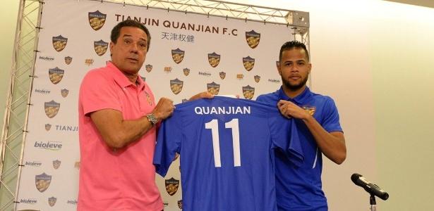 Geuvânio em sua chegada ao Tianjin Quanjian ao lado do então técnico do time, Luxa