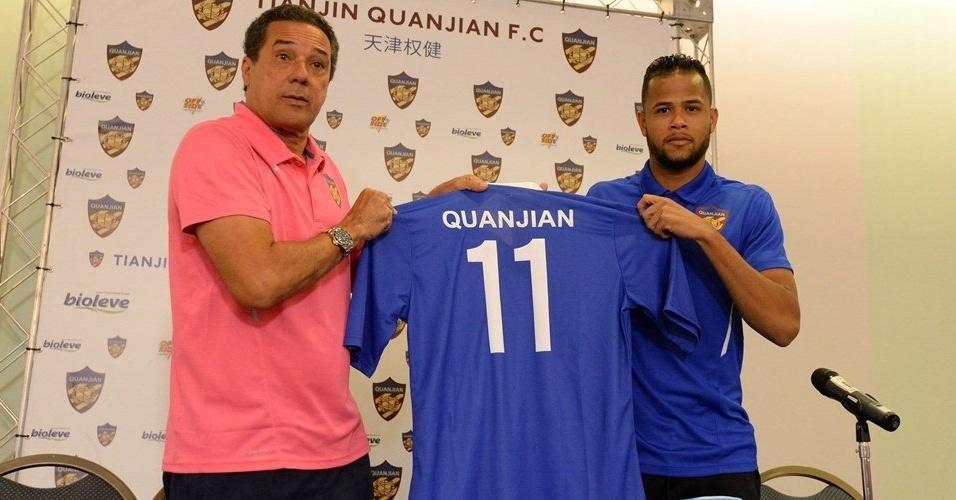 Ao lado de Vanderlei Luxemburgo, Geuvânio posa com a camisa do Tianjin Quanjian