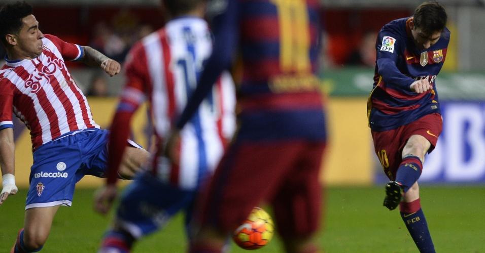 Lionel Messi bate para abrir o placar para o Barcelona contra o Sporting de Gijón pelo Campeonato Espanhol