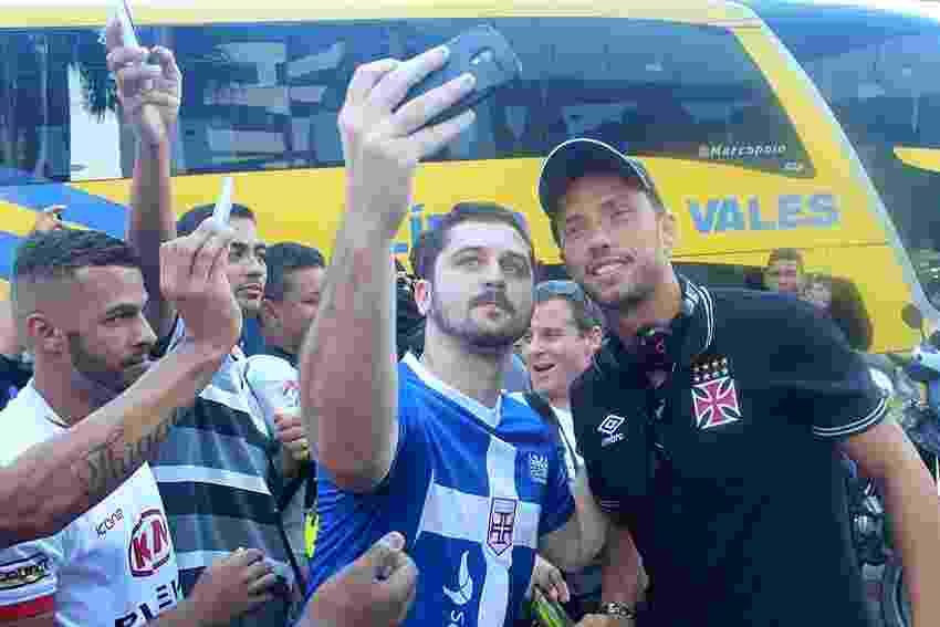Nenê é assediado por torcedores na chegada do Vasco ao hotel em Cariacica (ES) - Paulo Fernandes / Site oficial do Vasco