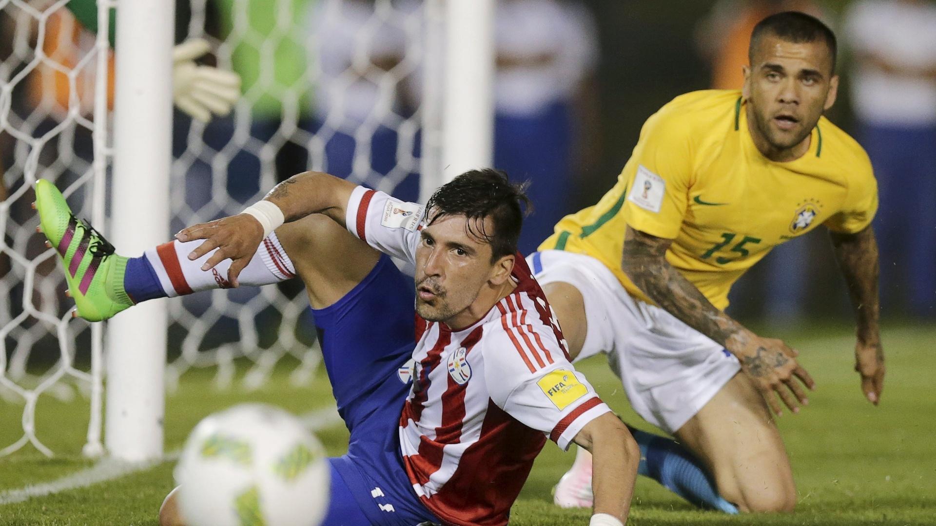 Daniel Alves tenta marcar Edgar Benitez no partida da seleção brasileira contra o Paraguai, nas Eliminatórias