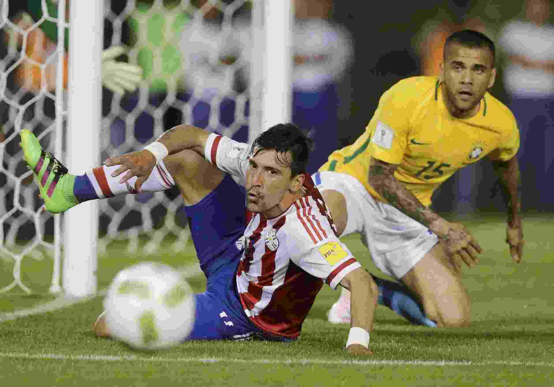 Daniel Alves tenta marcar Edgar Benitez no partida da seleção brasileira contra o Paraguai, nas Eliminatórias - REUTERS/Jorge Adorno