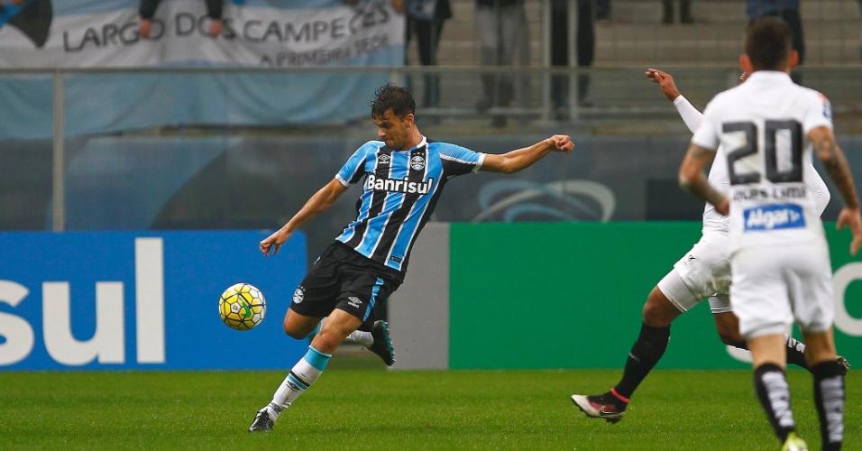 Rafael Thyere, zagueiro do Grêmio, em ação contra o Santos