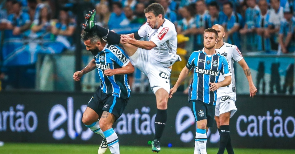 Leandro Donizete, do Atlético-MG, chega junto de Douglas, do Grêmio