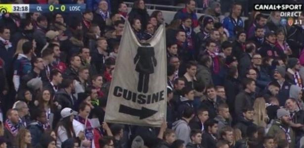 Torcedores do Olympique de Lyon abrem bandeira sexista na arquibancada e provocam polêmica na web.