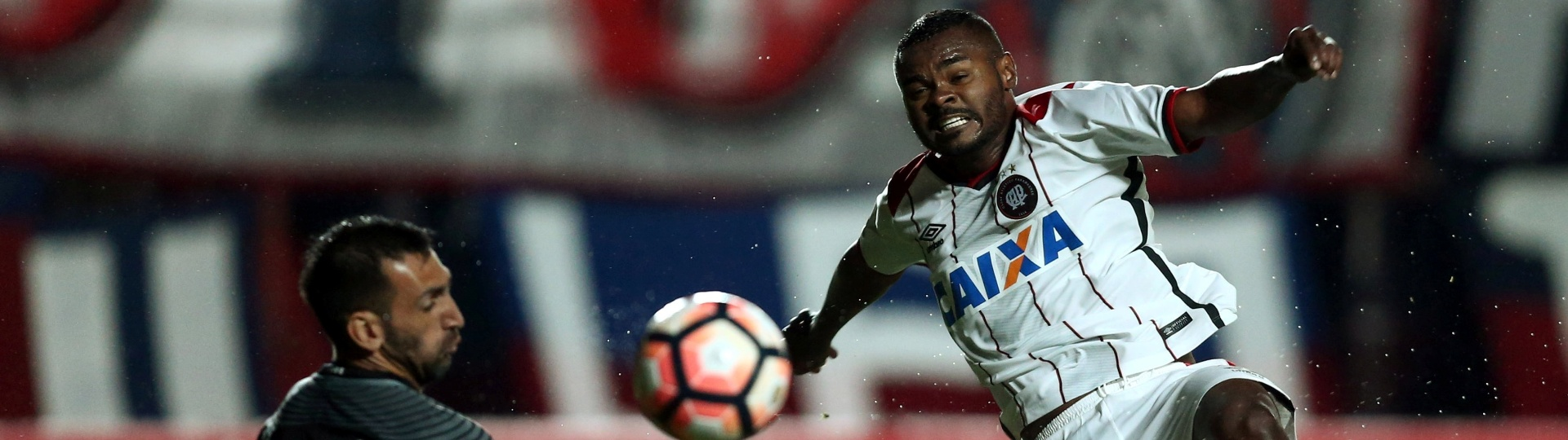 Nikão, do Atlético-PR, tenta superar o goleiro Sebastian Torrico, do San Lorenzo