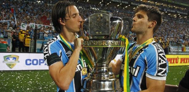 Geromel (e) e Kannemann (d) formam dupla de sucesso e não sofreram gols juntos pelo Grêmio