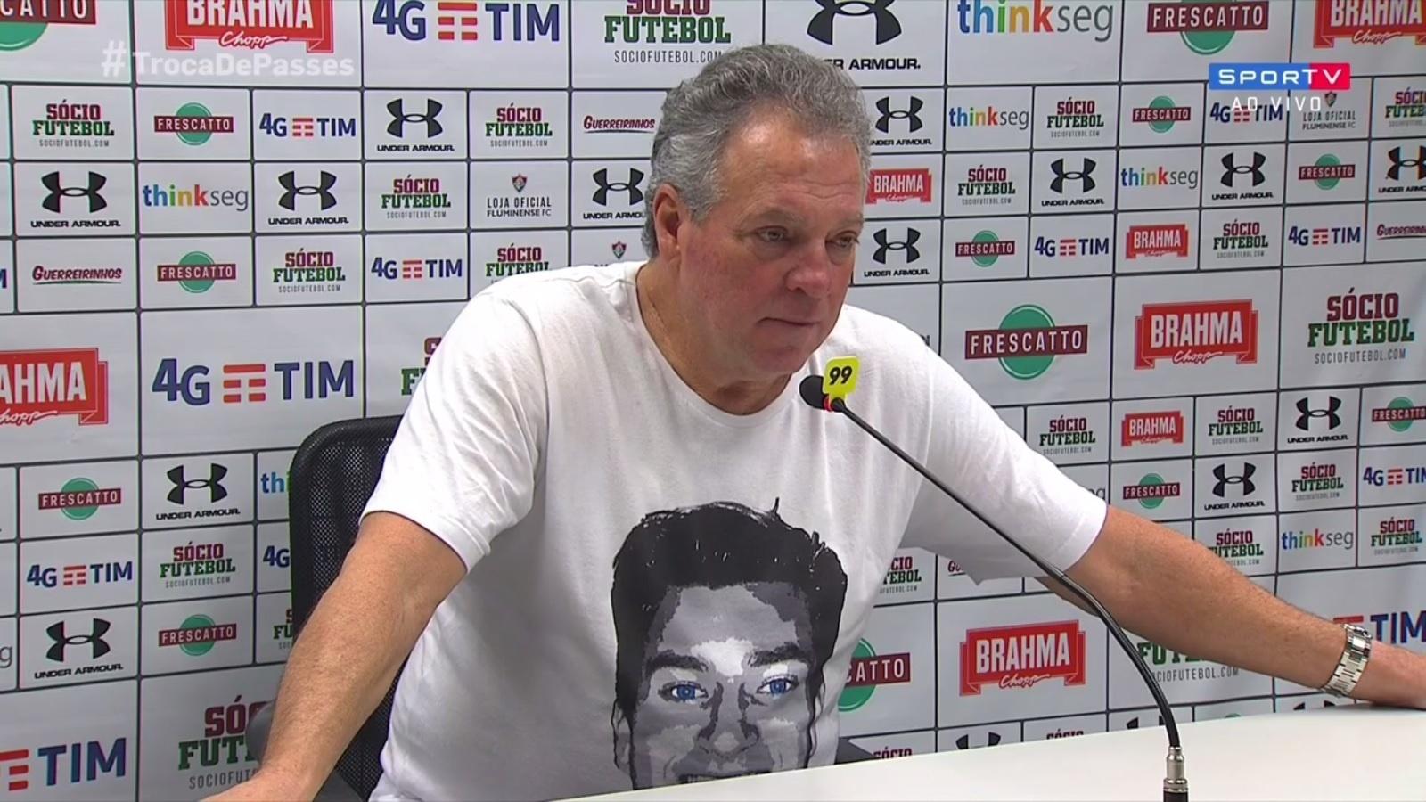 Abel Braga, técnico do Fluminense, veste camisa com a imagem do filho João Pedro em entrevista coletiva após partida contra o Atlético-GO