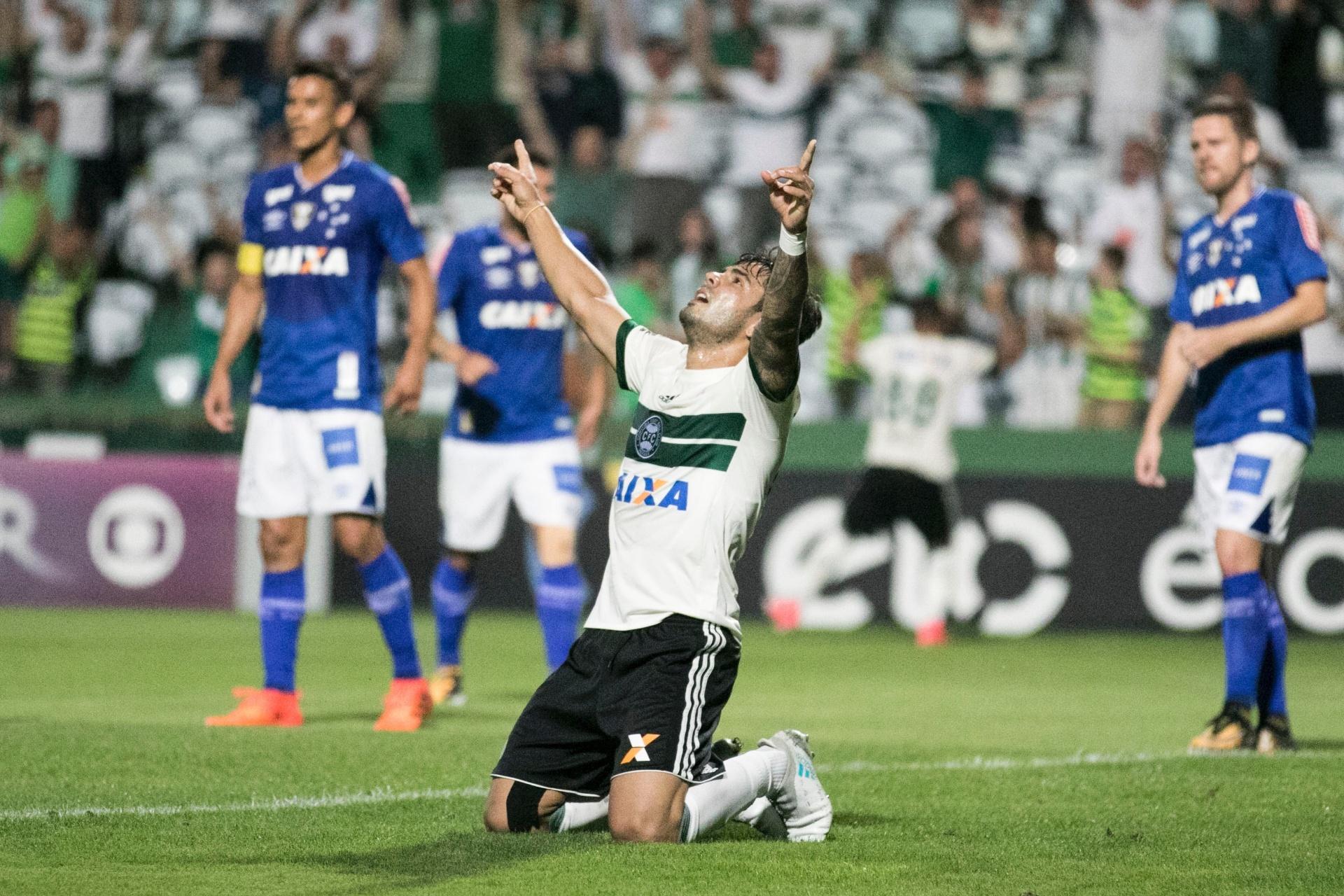 1c9a04767c Coritiba freia embalo do Cruzeiro
