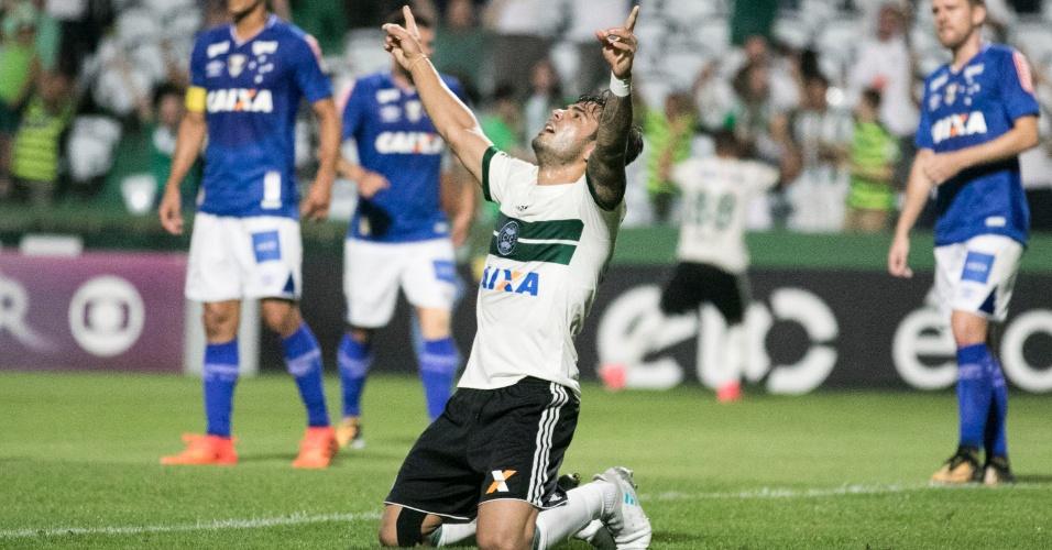 Henrique Almeida comemora gol contra de Diogo Barbosa no jogo entre Coritiba e Cruzeiro