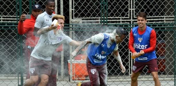 Cueva leva ovada durante o treino do São Paulo, nesta quinta-feira - Érico Leonan / saopaulofc.net