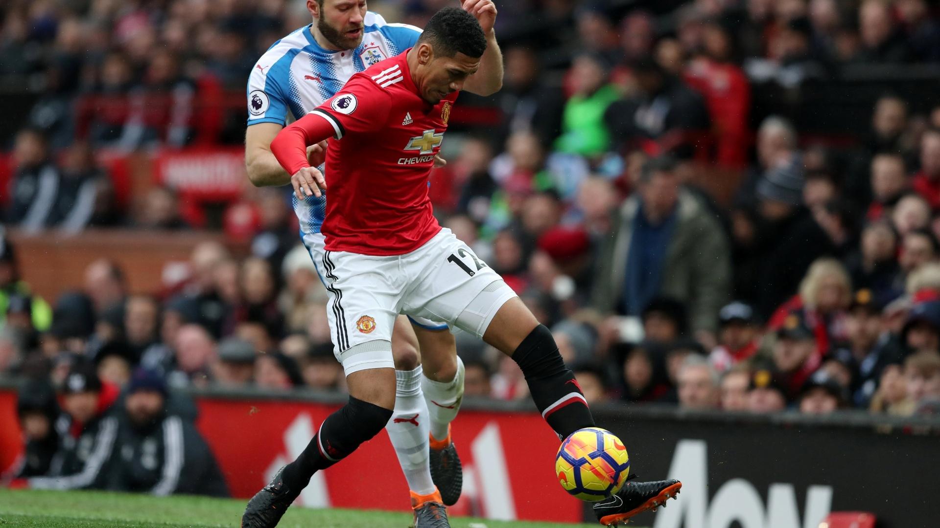Smalling, do United, protege a bola e evita a chegada do jogador do Huddersfield